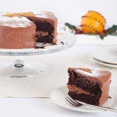 Deze decadente chocoladetaart met meerdere laagjes is heerlijk voor een feest of verjaardag!