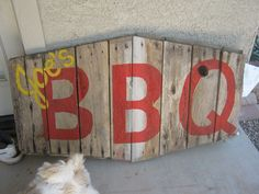 wood BBQ sign made from old pallets. A better idea would be to make an outdoor patio bar-b-que unit from pallets. Built in bar-b-que type. Pallet Crafts, Pallet Art, Diy Pallet Projects, Wood Crafts, Wood Projects, Man Projects, Pallet Signs, Pallet Ideas, Used Pallets