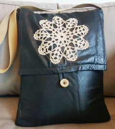 DIY laptop shoulder bag from old leather jacket. Tuunausta ja tekeleitä