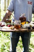 How to Make a Killer Summer Cheeseboard with Pickled Strawberries & Herb Roasted Cherry Tomatoes Wine Recipes, Cooking Recipes, Appetizer Recipes, Appetizers, Roasted Cherry Tomatoes, Food Presentation, Love Food, Food Photography, Food And Drink
