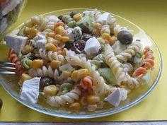 Pyszna i szybka sałatka z moim ulubionym serem feta i oliwkami. Kolorowy makaron dopełnia sałatkę kolorystycznie. Świetna na grilla i na spo...