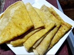 Dhalpuri is a major component in one of the most distinct and unique dishes in Trinidad & Tobago, the wrap roti. Recipe by Reshmi of Taste of Trini. Roti Recipe Guyanese, Guyanese Recipes, Jamaican Recipes, Jamaican Roti Recipe, Trinidad Roti, Trinidad Y Tobago, Carribean Food, Caribbean Recipes, Diet