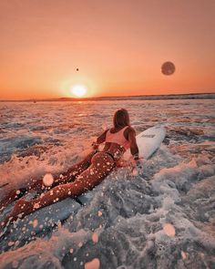 """The best surfer out there is the one having the most fun.""You can find Surf girls and more on our website.""The best surfer out there is the one having the most fun. Beach Aesthetic, Summer Aesthetic, Summer Pictures, Beach Pictures, Surfer Girls, Reproduction Photo, Surfing Pictures, Summer Goals, Aesthetic Pictures"