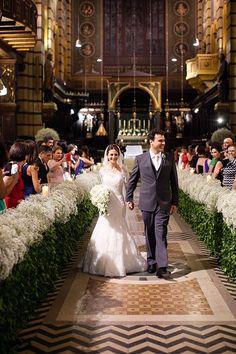 Cerimônia de casamento clássico no Mosteiro de São Bento - Decoração da nave em branco e verde - Mosquitinho/Gipsofila ( Flores: André Pedrotti | Foto: Daniela Picoral )