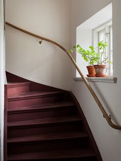 I want this good-looking staircase makeover Staircase Remodel, Staircase Makeover, Stairway Paint Ideas, Painted Staircases, Sweden House, Traditional Staircase, House Stairs, Modern Farmhouse Style, Staircase Design