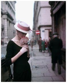Suzy Parker in Paris, 1953. Photo: Georges Dambier.