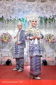 Palembang's Bride - Traditional wedding dress from palembang south sumatera Indonesia Wedding Couple Poses, Wedding Couples, Diy Wedding, Dream Wedding, Wedding Tips, Traditional Wedding Dresses, Traditional Outfits, Muslimah Wedding, Indonesian Wedding