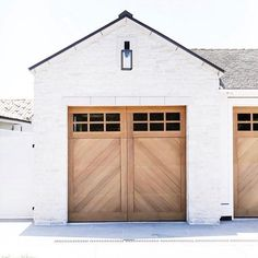 Transform and update the exterior of your home instantly by replacing garage doors with a more modern garage door design. We're showing you garage door styles to consider and what you need to think about when choosing modern garage door designs. Style At Home, Modern Farmhouse Exterior, Farmhouse Style, Farmhouse Door, Farmhouse Interior, Interior Modern, White Farmhouse, Interior Door, Wood Garage Doors