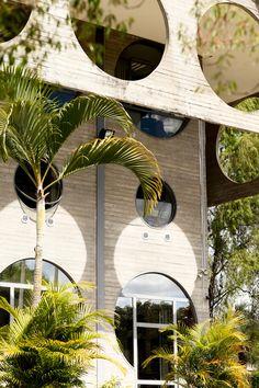Brasilia, façade en béton aux multiples oculi de la Délégation de l'Union européenne © Matthieu Salvaing (AD n°115 avril 2013)