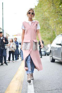 Street-Style Layering von Linda Toll. Pinker Sleveless-Coat zur Jeans II Foto © Getty Images