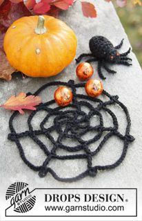 """DROPS Halloween: Gehäkeltes Spinnennetz mit Spinne aus """"Safran"""". ~ DROPS Design - free spiderweb crochet pattern"""
