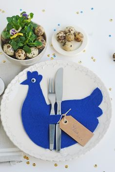 Chicken crafts for Easter Easter Bunny, Easter Eggs, Chicken Crafts, Cutlery Holder, Easter Parade, Napkin Folding, Egg Decorating, Crafts To Do, Easter Crafts