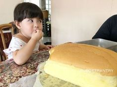Mdm June Lee's Ah-Ma Sponge Cake Recipe ⋆ Budgetpantry Ogura Cake, Vanilla Sponge Cake, Vanilla Cake, Steamed Cake, Sponge Cake Recipes, Pie Recipes, Sweet Recipes, Milk And Eggs, Asian Desserts