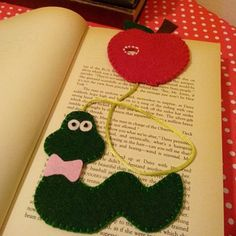 keçe kitap ayracı - Google'da Ara Creative Bookmarks, Bookmarks Kids, Corner Bookmarks, Bible Bag, Altered Composition Books, Felt Bookmark, Book Markers, Kids Pages, Book Crafts
