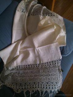 Antigua toalla de lino adamascado con ancho remate de macreamé, 30 €