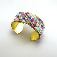 Manchette rigide en métal doré et triangles en perles Miyuki Peyote Beading, Bijoux Diy, Brick Stitch, Coups, Triangles, Bracelets, Creations, Jewelry Design, Jewels