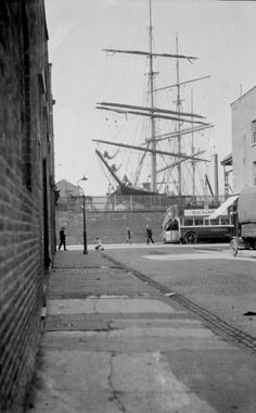 Byng Street on the Isle of Dogs around 1925 - huge Clippers used the docks to deliver cargo, London Victorian London, Vintage London, Old London, London History, British History, Old Pictures, Old Photos, London Pictures, London Docklands