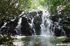 Cascade de la vallée des 23 couleurs à l'Île Maurice. Waterfall at La Vallée des Couleurs in Mauritius.