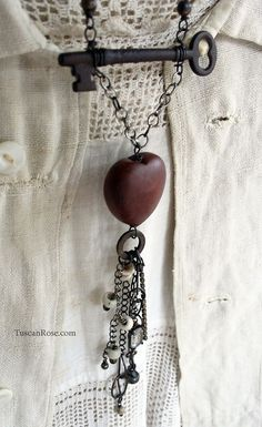 Jewelry OFF! I have a wooden heart necklace that will receive a design makeover after seeing this. Key Jewelry, Wire Jewelry, Jewelry Crafts, Jewelry Art, Beaded Jewelry, Jewelery, Vintage Jewelry, Handmade Jewelry, Jewelry Design