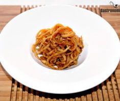 Cómo hacer rábano picante marinado en soja para condimentar arroces, verduras, pescados o carnes. Una elaboración muy sencilla para lo que sólo es necesario disponer de rábano picante, salsa de soja y tiempo para su reposo. ...