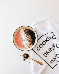 Um vício chamado: sorvete vegano rápido e fácil   Aqui em casa não pode faltar banana congelada ela é a base pra esse sorvete perfeito que eu faço batendo no liquidificador com mais uma fruta (geralmente morango mirtilo ou amora) um limão espremido e se precisar um pouco de açúcar e leite vegetal  Faz em casa e depois me agradeça hehe  #vegan Instagram Blog, Baking Ingredients, Rose Gold, Cookie Dough, Food To Make, Diy, Cooking, Polaroid, Recipes