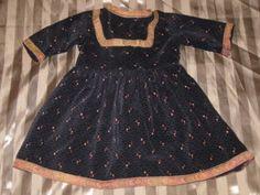 Alteres-Samt-artiges-Puppenkleid-034-dunkel-mit-Borten-fuer-mittel-grosse-Puppe-034-Kleid
