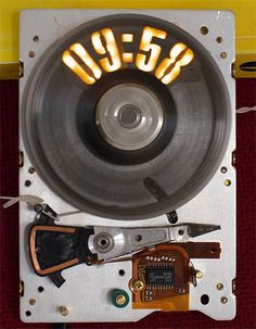 Strobeshnik: probably the most awesome hard drive clock of all time New Electronic Gadgets, Tech Gadgets, Electronic Art, Diy Electronics, Electronics Projects, Electronic Schematics, Humidity Sensor, Diy Clock, Clock Ideas