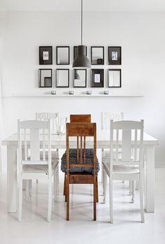 Ruokahuoneen pöytä on Niinan tekemä. Tuolit löytyivät antiikkiliikkeestä Tattarisuolta. Taulukokoelman kehykset ovat Ikeasta, mutta Niina leikkautti niihin peilit mittatilaustyönä Lasi Laitsaaressa.