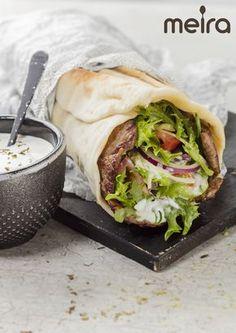 Flatbread 3 dl maitoa 1 pss (7g) kuivahiivaa 3 rkl oliiviöljyä n. 8 dl vehnäjauhoja 1 tl suolaa 4 kpl lehtipihvejä 2 tl Meira Pihvimaustetta 1 tl suolaa 2 tomaattia... Bread Recipes, Vegan Recipes, Tex Mex, Fresh Rolls, Superfood, Vegan Vegetarian, Snacks, Good Food, Food And Drink