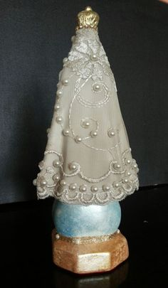 Nossa Senhora Aparecida peça em gesso com pintura feita a mão, com manto em tule bordado com apliques em pérolas e strass.