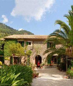 Urlaub auf dem Land, wie er romantischer nicht sein könnte. Abseits des Trubels mit herrlichem Ausblick und doch nur einen Spaziergang vom Ort entfernt, wird euch das Hotel Sa Vall Valldemossa auf Mallorca begeistern!