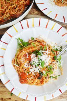 Ein bisschen Knoblauch, ein paar Sardellen und Tomaten, etwas Chili und viel Parmesan – fertig ist unsere neue Lieblingspasta. Ok gut, neu ist mir diese Pasta nicht. Ich glaub Spaghetti alla …