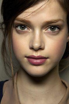 Flushed cheeks, rose bitten lips, gold eye. Summer makeup look