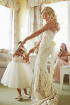 wedding photo ideas - Dancing with the flower girl