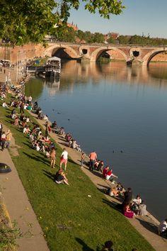 BERGES de la GARONNE - De jour ou de nuit, et particulièrement les soirs d'été, les Toulousains se pressent sur les bords de leur fleuve, entre amis ou en famille mais toujours pour passer des moments conviviaux. R