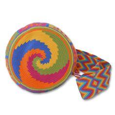 Ref. Bolso Wayuu Style // Colores: MultiColores // Base: diseños geométricos y simbología Wayuu // Tira: Tejido trenzado con flecos // Material: Hilo Grueso