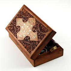 Drewno i... drewno. W środku orientalne ozdoby i etniczna biżuteria.