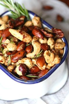 This Union Square Cafe Bar Nuts Copycat Recipe is so simple, seasoned to perfection and best served warm. They are literally the BEST NUTS EVER! An easy and delicious snack idea perfect for after school or parties! Nut Recipes, Copycat Recipes, Cooking Recipes, Cafe Recipes, Savory Snacks, Healthy Snacks, Healthy Recipes, Paleo Nuts, Raw Nuts