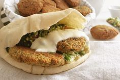 Whoever said vegan food is boring has obviously never seen or tasted this amazing crunchy falafels recipe. This super easy yet delicious recipe Real Food Recipes, Vegetarian Recipes, Cooking Recipes, Healthy Recipes, Cooking 101, Healthy Food, Super Healthy Kids, Dinner Recipes, Dinner Ideas