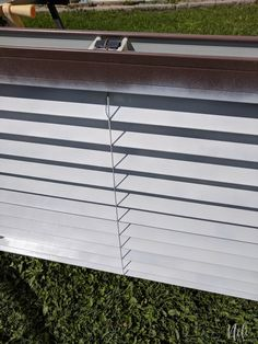 How to paint blinds the fastest and cheapest way. Spray paint your plastic or wooden blinds in one afternoon. It won't cost you much to change your window treatment and you'll get a great look. This method is fast and affordable. Pvc Blinds, Faux Blinds, Cheap Blinds, Window Blinds, White Faux Wood Blinds, White Blinds, Blinds For Less, Painting Blinds, Tile Painting