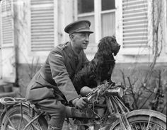 A Tank Corps officer with his pet dog on a Douglas 348cc in Neulette/3 May 1918
