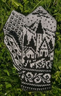 Knitted Mittens Pattern, Knit Mittens, Knitted Gloves, Knitting Socks, Knitting Charts, Knitting Patterns, Easy Yarn Crafts, Wrist Warmers, Fair Isle Knitting