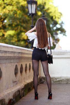 ...help! I have nothing to wear! - kobiecy blog o modzie: Biały koronkowy top, czarne zamszowe szorty z wysokim stanem i wzorzyste rajstopy