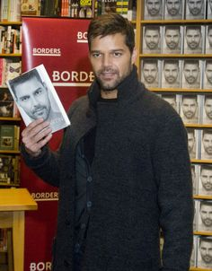 Ricky Martin - Ricky Martin Signing Copies Of His New Book 'ME' In Chicago