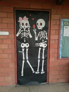 Halloween classroom door :-) Más