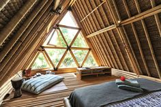 Hus i Selat, Indonesien. Hideout is a unique eco stay for adventurous travelers, hidden in mountains of Gunung Agung volcano. All-bamboo house is situated at beautiful riverside among rice fields. Get off the grid and experience authentic life of Balinese village. The Hi...