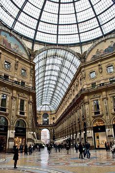 De bouw van de Galleria Vittorio Emanuele II, die de Duomo met de Piazza della Scala verbindt, begon in 1865. #Milaan