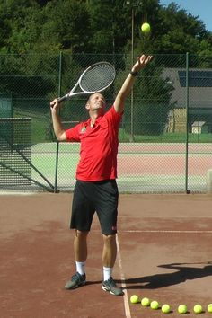 Tennis Serve Technique – 7 Steps To Correct Serve Tennis Lessons, Tennis Tips, Sport Tennis, Tennis Techniques, Android Book, Tennis Serve, Wine And Beer, Backyards, Tennis Racket