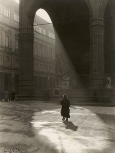 size: Photographic Print: Lights in the Piazza Della Signoria, a Foggy Morning in December. Florence by Vincenzo Balocchi : Artists Great Photos, Old Photos, Street Photography, Art Photography, People Photography, Toscana Italia, Foggy Morning, Photo B, Ancient Architecture