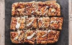 Langpannepizza med kjøttdeig og rømmedressing Banana Bread, Pizza, Meat, Desserts, Recipes, Food, Dinners, Pineapple, Tailgate Desserts